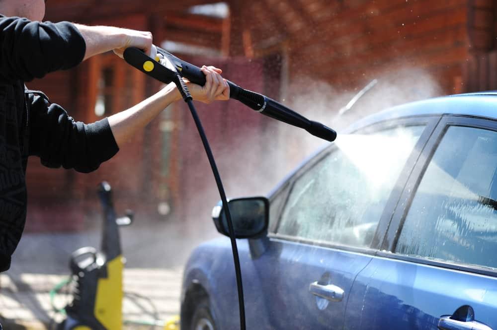 Le nettoyage de l'extérieur de la voiture