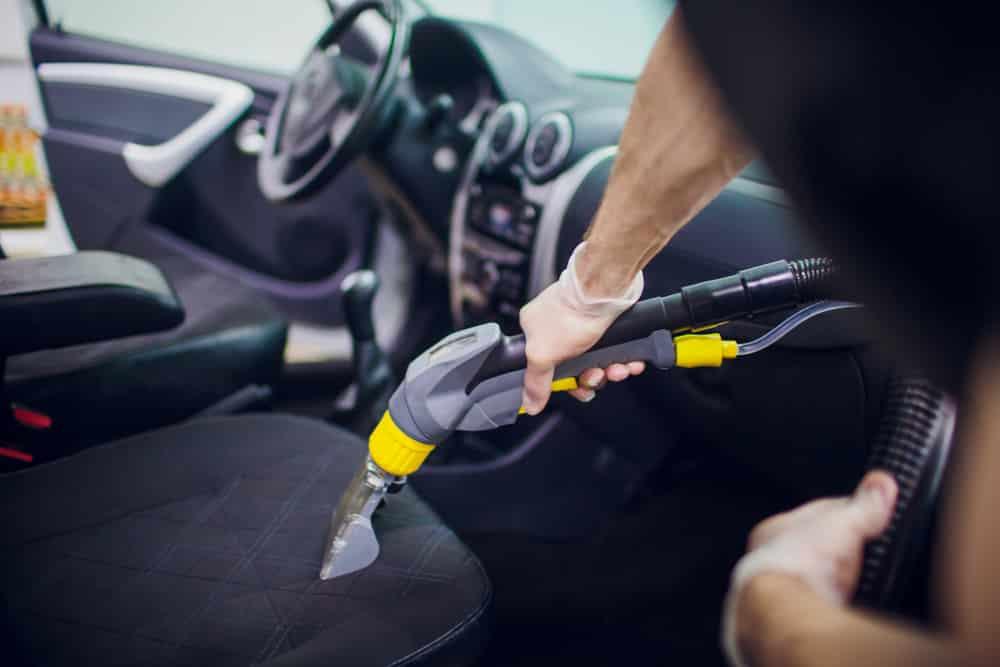 Le nettoyage de l'intérieur de la voiture